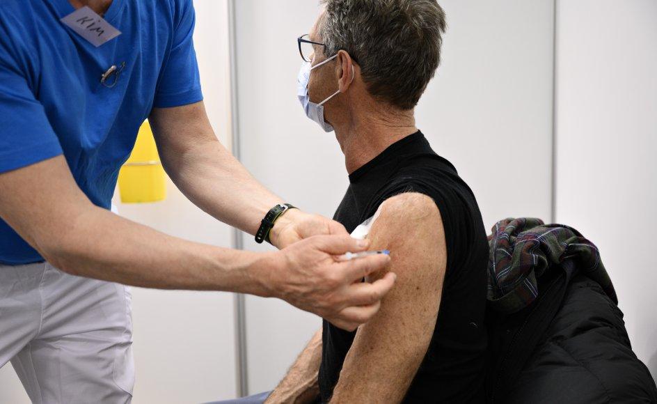 Borger bliver vaccineret af sygeplejersken Kim, da Region Hovedstaden vaccinerer i vaccinationscenteret i Snekkersten Idrætscenter i Helsingør Kommune, mandag den 12. april 2021. (Arkivfoto)
