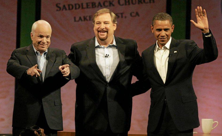 De amerikanske evagelikale har i perioder i stort tal lænet sig til højre. Men Rick Warren har haft succes med at skabe kontakt til mange på begge sider af det politiske spektrum. Her ses han med den tidligere demokratiske præsident Barack Obama (til højre) og republikaneren John McCain (til venstre).