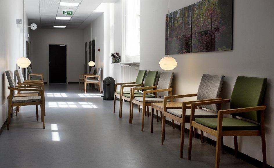 Det er stadig en god idé at iføre sig mundbind, når man sidder i et venteværelse hos lægen eller i akutmodtagelsen. Sådan lyder rådet fra Sundhedsstyrelsen. (Arkivfoto).