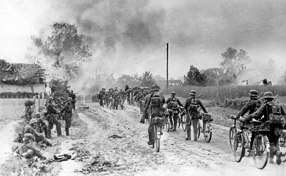 Tyske soldater rykker ind i Sovjetunionen i sommeren 1941. Her blev Den Røde Hær løbet over ende.