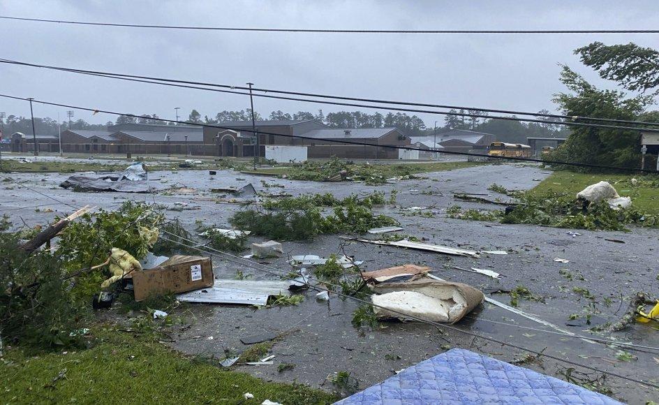 Golfkysten fik i løbet af lørdag op til 30 centimeter regn på grund af stormen Claudette. Mindst to andre dødsfald tilskrives stormen. Her ses ødelæggelser i byen East Brewton.