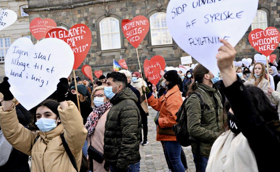 Her ses en demonstration på Christiansborg Slotsplads den 21. april mod udvisninger til Syrien. Ifølge Svend Løbner bidrager kirken til samfundets samvittighed og har derfor pligt til at løfte sin stemme, når regeringen vil sende syriske flygtninge tilbage til den diktator, de flygtede fra.