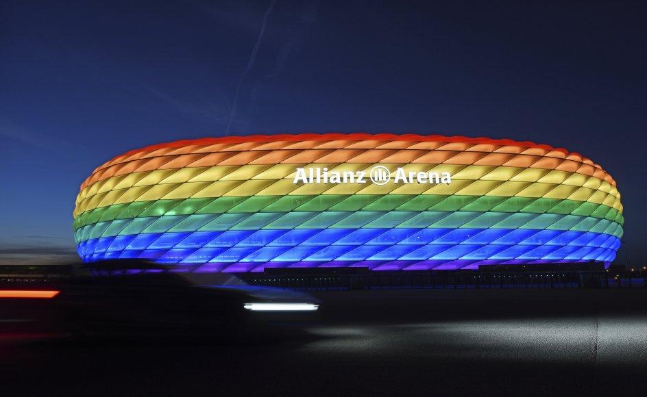 Münchens borgmester havde ønsket, at Allianz Arena onsdag aften skulle være oplyst med regnbuefarver, når Tyskland og Ungarn mødes i en EM-kamp. Men UEFA sagde nej og kaldte det en politisk manifestation over for en kontroversiel lov i Ungarn om homoseksuelle. Billedet er fra juli 2016, hvor regnbuefarver lyste op på stadion i den sydtyske by.