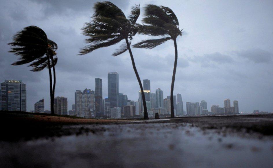 Ifølge Steven E. Koonin bliver klimavidenskabens misvisende konklusioner om vejrfænomener som tornadoer, naturbrande, oversvømmelser og tørke viderebragt og forstærket af pressen. Her er det orkanen Irma, der trækker ind over Miami i USA i 2017.