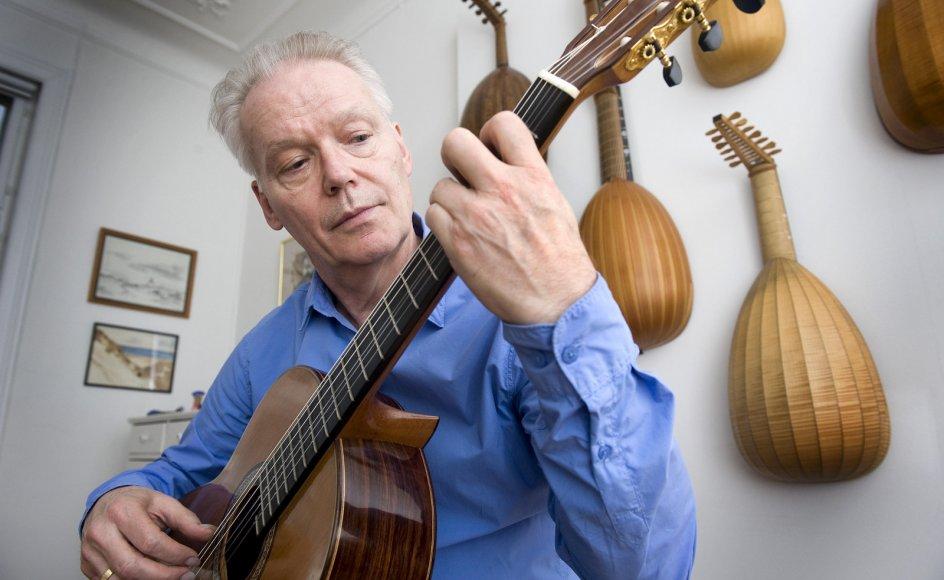 Lars Hannibal spiller i øveværelset i hjemmet på Frederiksberg i København. I baggrunden hænger hans samling af lutter.