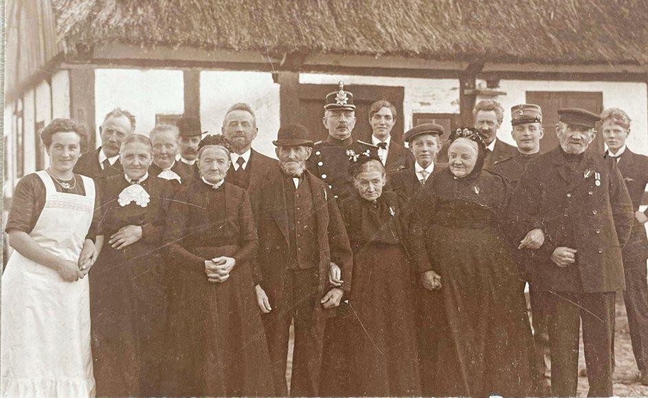 Første generation af slægten på Rytter på slægtsgården ved Kalø Vig, som de ejede fra 1865-2008. Gårdens sidste ejer, Bente Rytter, har formidlet slægtshistorien ved hjælp af en QR-kode ved familiegravstedet på Hornslet Kirkegård. Privatfoto