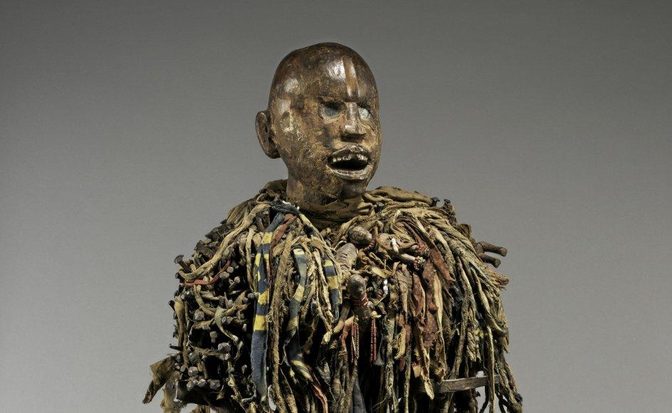 En af de mere kendte kunstgenstande fra DRCongo, som er blevet ulovligt erhvervet under kolonitiden og nu er at finde på Belgiens Afrika-museum, er denne statue fra en landsby i det vestlige DRCongo. Statuen er en såkaldt nkisi, der menes at være beboet af en ånd og derfor tillægges magiske kræfter.