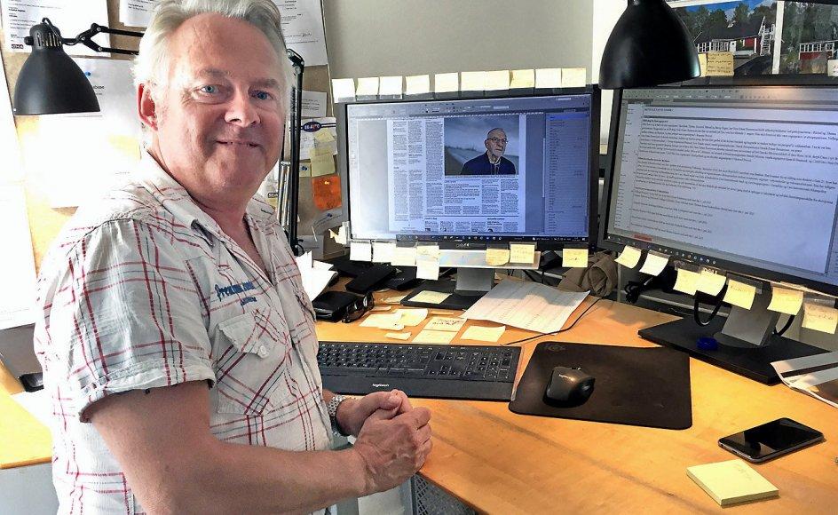 Søren Kronholm i det sommervarme kontor, hvor de gule huskesedler kæmper om pladsen på computerskærmene.