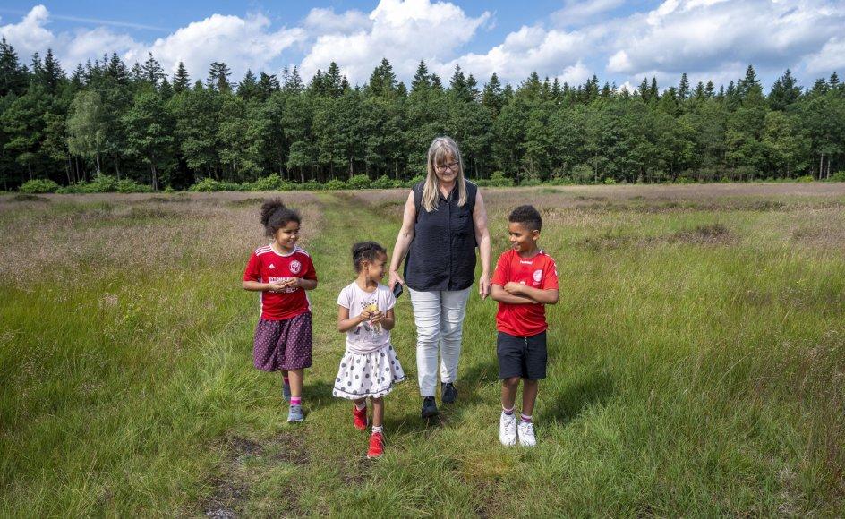 Irma Knudsen er taget på tur i Kompedal Plantage på Grathe Hede, der er en del af digterruten om Steen Steensen Blicher, sammen med sine tre børnebørn. Fra venstre er det: Victoria på seks år, Natalie på fem år og Alexander på otte år. Børnene hedder alle Simonsen til efternavn.