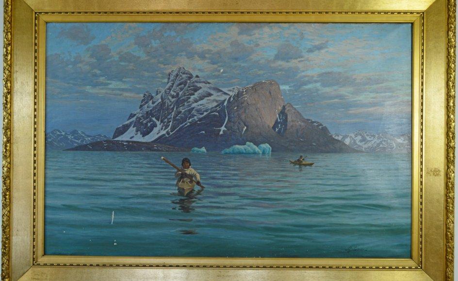 """Andreas Christian Riis Carstensen (1844-1906) har på dette romantiske billede, """"Grønlandsk fjordlandskab med det markante fjeld Hjortetakken i Godthåbsfjorden og to kajakker"""", skildret grønlænderen som en del af naturen. Kunstneren var i Grønland i 1884 og 1888."""