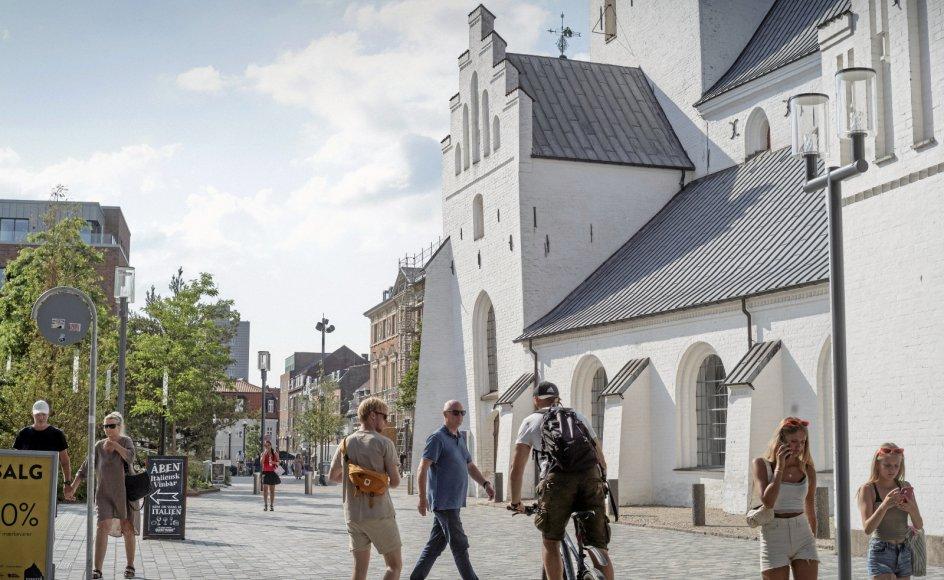 Aalborg Stift er præget af kontrasten mellem små afsides landsogne og store bysogne som ved Budolfi Kirke i Aalborg.