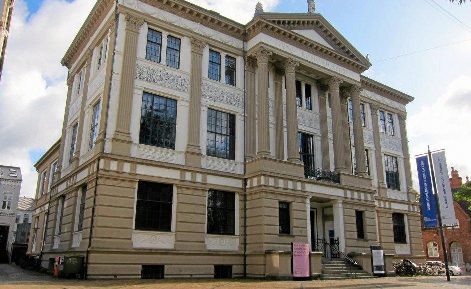 Blandt kendetegnene for bygningen Fyns Kunstmuseum, der blev opført i Odense i 1880'erne, er blandt andet billedfrisen og søjlerne. – Foto Slots- og Kulturstyrelsen.