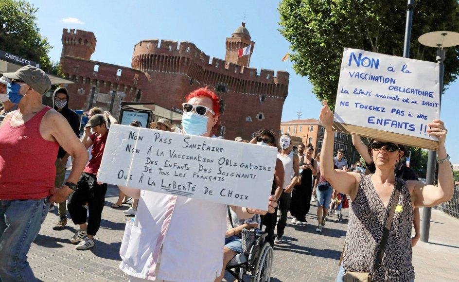 """I alt 114.000 mennesker demonstrerede i weekenden over hele Frankrig med råb som """"Nej til vaccinediktaturet"""". – Foto:"""