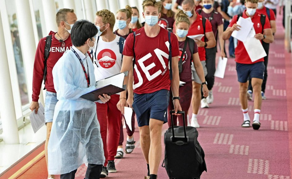 De ni danske OL-roere med blandt andre debutanten Joachim Sutton (forrest th.) ankom i går til Tokyos Haneda-lufthavn efter at have været i træningslejr i det nordlige Japan.