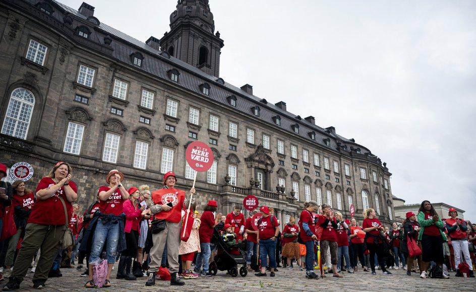 De strejkende sygeplejersker har blandt andet demonstreret på Christiansborg Slotsplads, siden strejken for ligeløn begyndte 19. juni. (Arkivfoto).