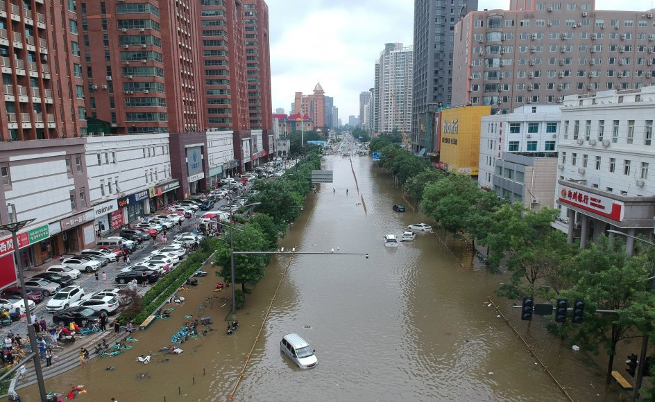 Dele af storbyen Zhengzhou har været lammet under nedbørsmængder, som ikke er blevet set i årtier i det centrale Kina.