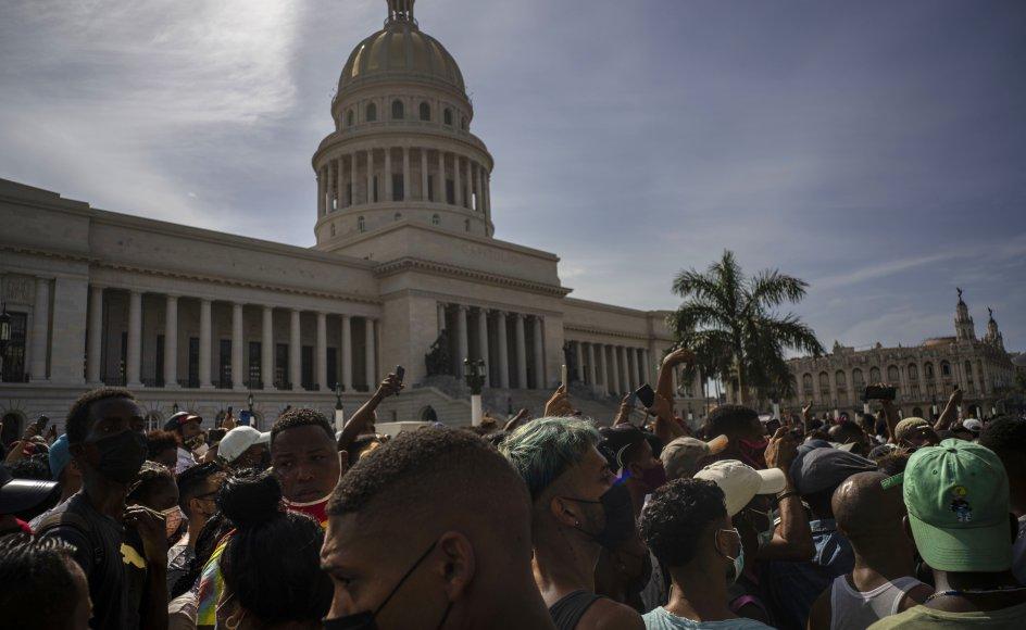 Retssager mod personer, der blev anholdt under antiregeringsprotester i Cuba, er tirsdag blevet indledt. Billedet er fra protester i Havana 11. juli. Regeringen reagerede på demonstrationerne ved at afskære internet- og telefonforbindelser og indsatte både militær, politi og militante medlemmer af kommunistpartiet for at genvinde kontrollen med gader og byer.