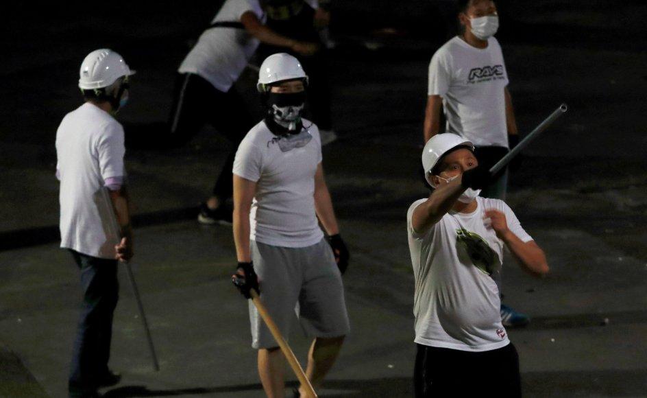 Over 100 personer i hvide T-shirts skabte 21. juli 2019 en af de mest voldelige scener under de daværende protester mod regeringen i Hongkong, da de med kæppe og jernrør gik til angreb på en stor gruppe demonstranter. (Arkivfoto).