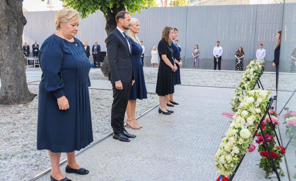 Norge mindes og sørger over de 77 ofre for massakren. Her lægges en krans torsdag ved regeringskvarteret i Oslo. Fra venstre er det statsminister Erna Solberg, kronprins Haakon, kronprinsesse Mette-Marit, Astrid Eide Hoem, der overlevede massakren, og Lisbeth Røyneland, som leder Støttegruppen.
