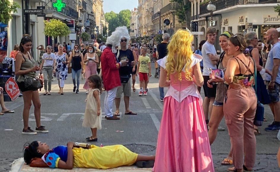 Avignon er fuld af udklædning. Her er Disney-prinsesser ude at reklamere for deres stykke, der sætter spørgsmålstegn ved prinsesse-idealet.