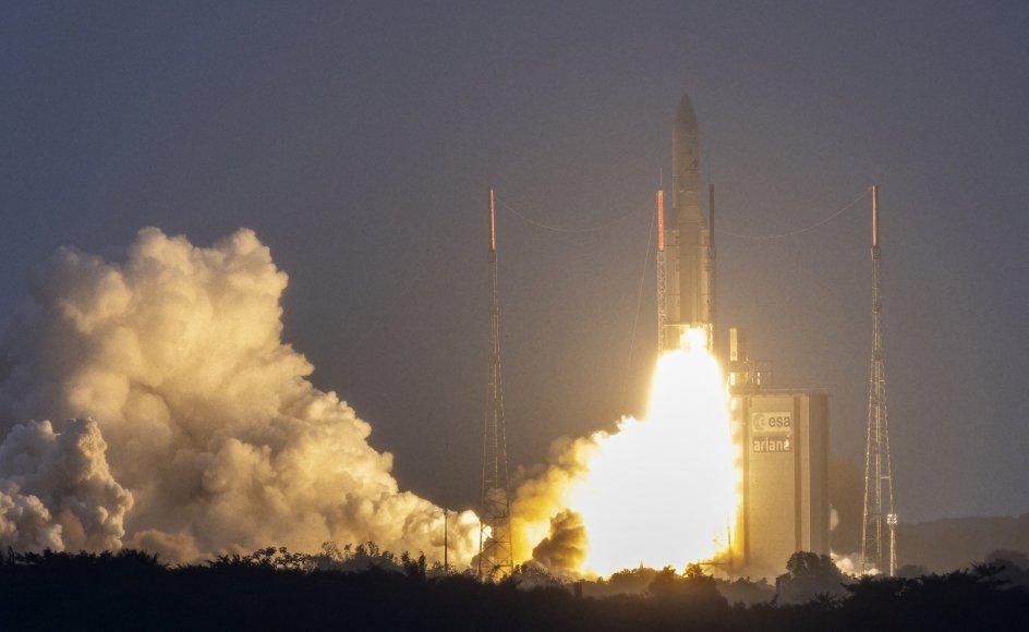 En ny type telekommunikationssatellit, der på få minutter kan omprogrammeres til at dække et nyt geografisk område på Jorden, er fredag aften dansk tid blevet sendt ud i rummet med en Ariane 5-raket fra Det Europæiske Rumcenter i Fransk Guyana. Arkivfoto viser en tidligere opsendelse af satellitter fra basen i Sydamerika.
