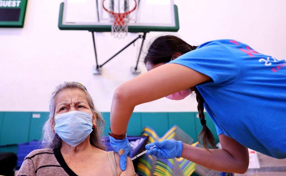 En amerikansk borger får et stik med en coronavaccine. Fredag blev der i USA givet 856.000 vaccinedoser. Det er det højeste daglige antal siden 3. juli ifølge Washington Posts tal.