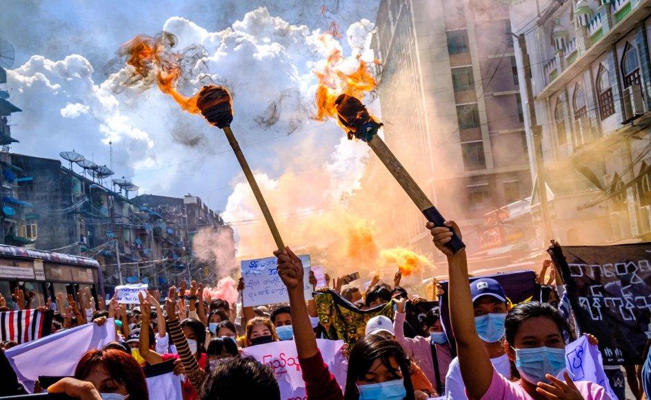 Protesterne mod militærstyret fortsætter - dog i mindre omfang - i Myanmar, selv om hundredvis af mennesker er blevet dræbt og tusinder anholdt. Her er det i landets største by, Yangon, tidligere i juli.