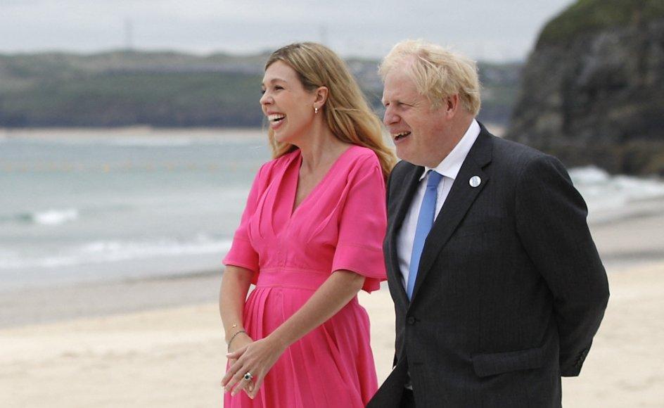 Boris Johnson og hans hustru, Carrie Johnson, der her ses ved G7-topmødet i juni, skal være forældre igen. I forvejen har de sønnen Wilfred sammen.