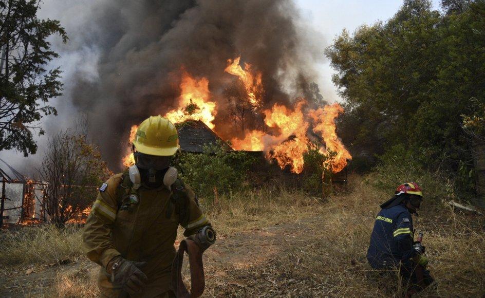 Brandfolk forsøger lørdag at få kontrol med en skovbrand ved landsbyen Lampiri, der ligger vest for Grækenlands tredjestørste by, Patras. Branden begyndte i et bjergområde, men er nu kommet faretruende tæt på kysten.