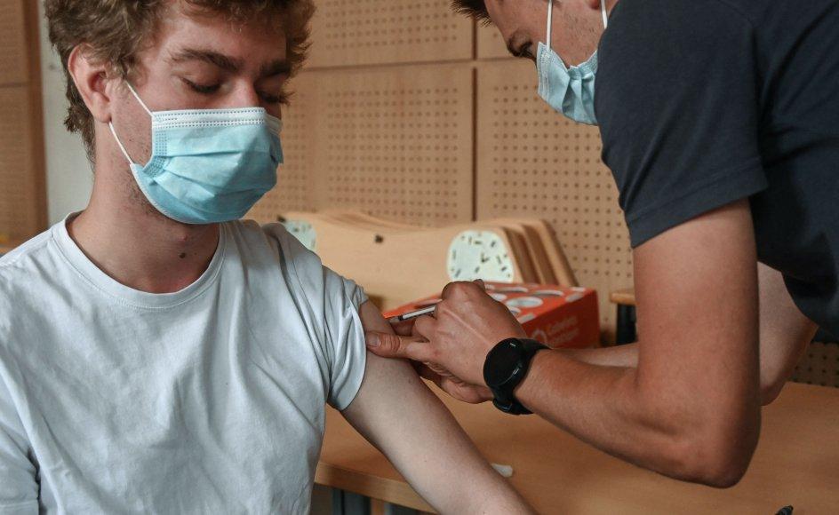 En franskmand får et stik med en Pfizer-vaccine. Den nye pris for et skud med Pfizers vaccine er 19,5 euro mod tidligere 15,5 euro. (Arkivfoto).