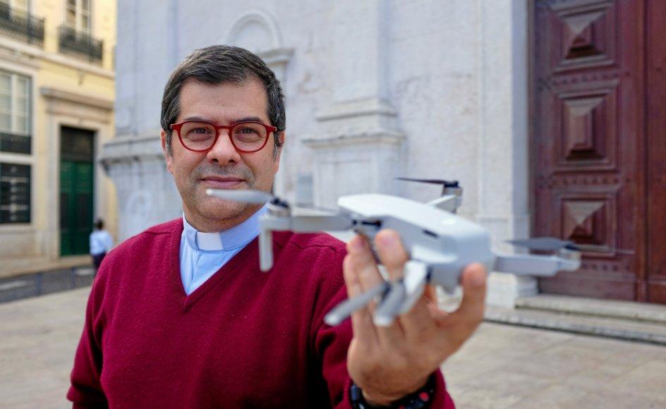 Modsat paven, der sender fredsduer af sted, nærstuderer Afonso Seixas Nunes de førerløse droner, der kan dræbte mennesker, uden at nogen opdager det. Som jesuit ser han det som sin pligt at nærstudere fjenden, som han siger.