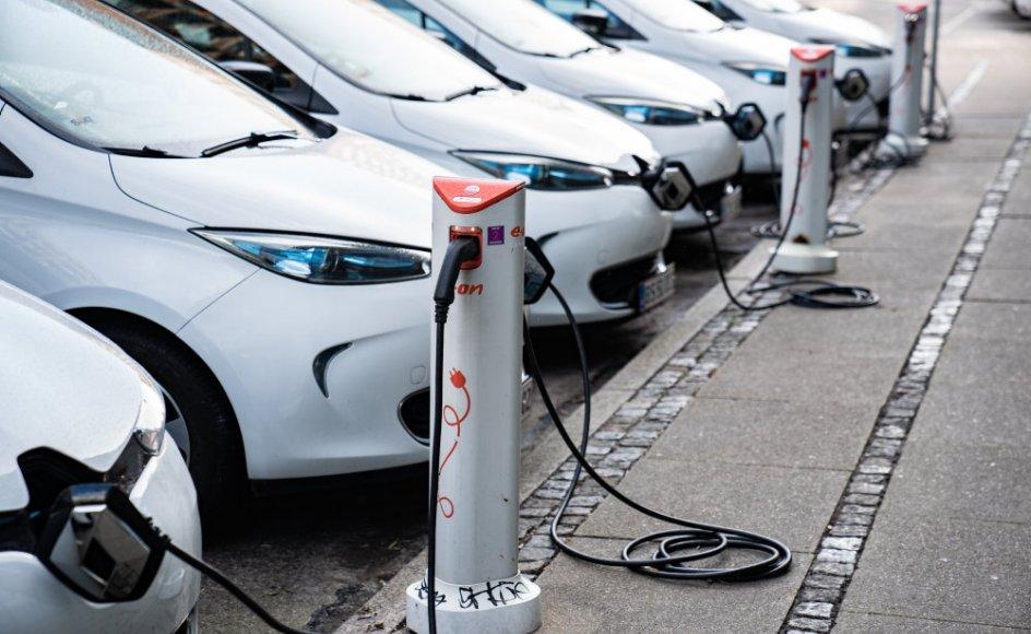 De opladelige biler udgjorde 40 procent af bilsalget i august. Her ses flere elbiler til opladning i København i september 2020. (Arkivfoto)
