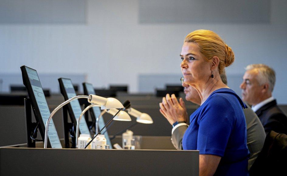 Inger Støjberg har taget plads på første dag af rigsretssagen, der kører i Eigtveds Pakhus i København.