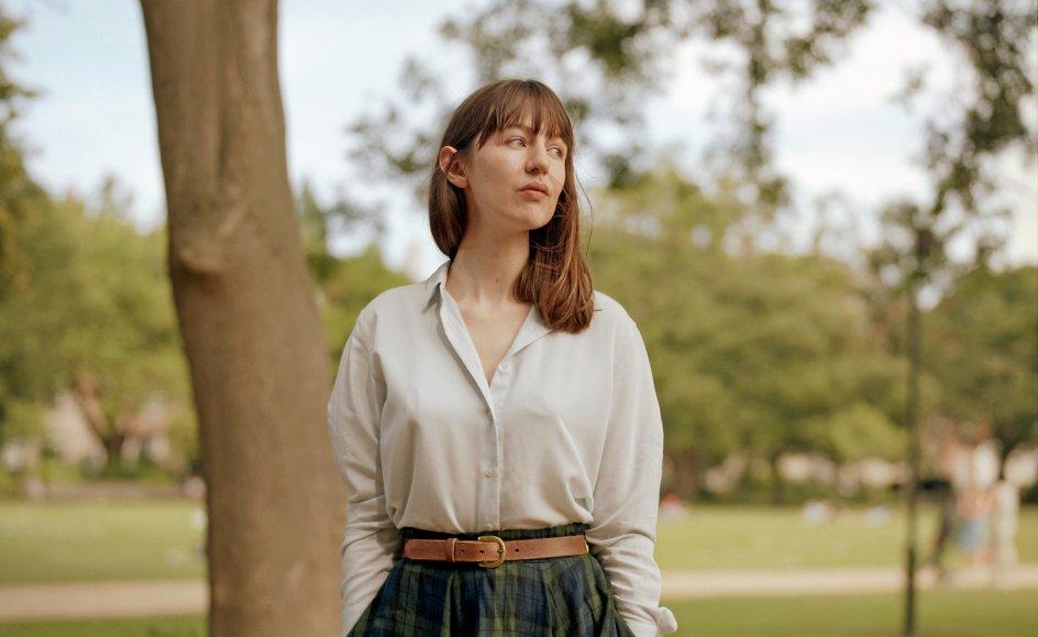 Den irske forfatter Sally Rooney (født 1991), som er blevet kaldt Jane Austen for Instagramgenera-tionen, og som blev mangemillionær på sine første to romaner, fortæller i det nye værk om fire personer, hvis skæbner er filtret sammen med tidsånden.