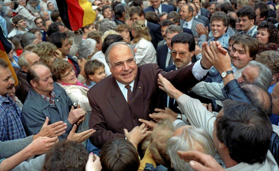 Den tidligere tyske kansler Helmut Kohl (CDU) får i Schramms politiske skudsmålsbog nærmest dumpekarakter som dådløs repræsentant for en udlevet konservatisme. Her ses Helmut Kohl i den østtyske by Heiligenstadt under valgkampen til Forbundsdagen i september 1990.