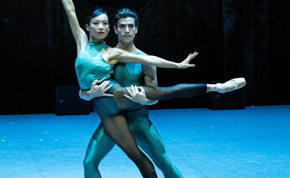 """Frances Chung og Joseph Walsh i William Forsythes """"In The Middle Somewhat Elevated""""."""