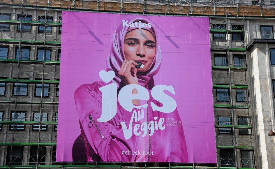 Islam sætter sit præg på Danmark, og man kan for eksempel se reklamer i det offentlige rum, hvor modellen bærer tørklæde. Her reklameres der for slik uden animalsk gelatine, som mange muslimer undgår.
