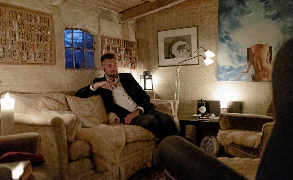 Morten Skovsted, sognepræst i Hjortshøj.      Bag præsteboligen i Hjortshøj har Morten skovsted indrettet et lille gult skur til cigarrygning, jazzmusik og samværd med cigarklubben. Det er hans tilflugtssted fra hverdagen, en hule, hvor der er plads til l