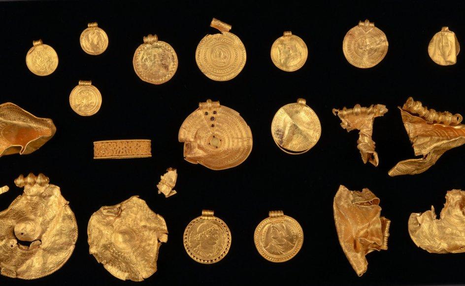 Her ses den samlede skat fra Vindelev, mange af brakteaterne er i flot stand. De venter kun på at blive tydet af forskere, før de måske kan give os en bedre forståelse af den nordiske mytologi.