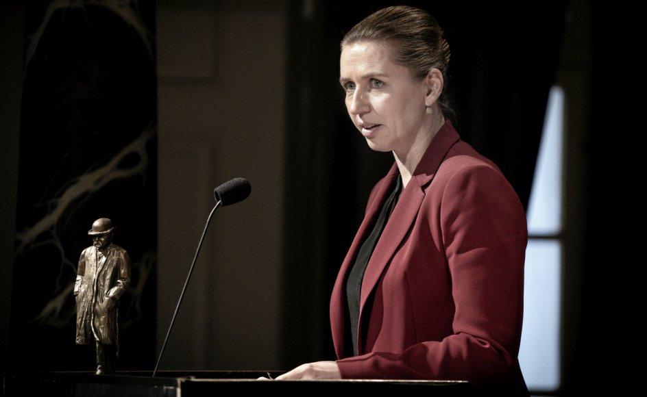 """Statsminister Mette Frederiksen (S), her ved uddelingen af Cavlingprisen 2019, er også pressens minister. Men hendes relation til netop pressen beskrives nu som """"et radikaliseret konfliktforhold""""."""