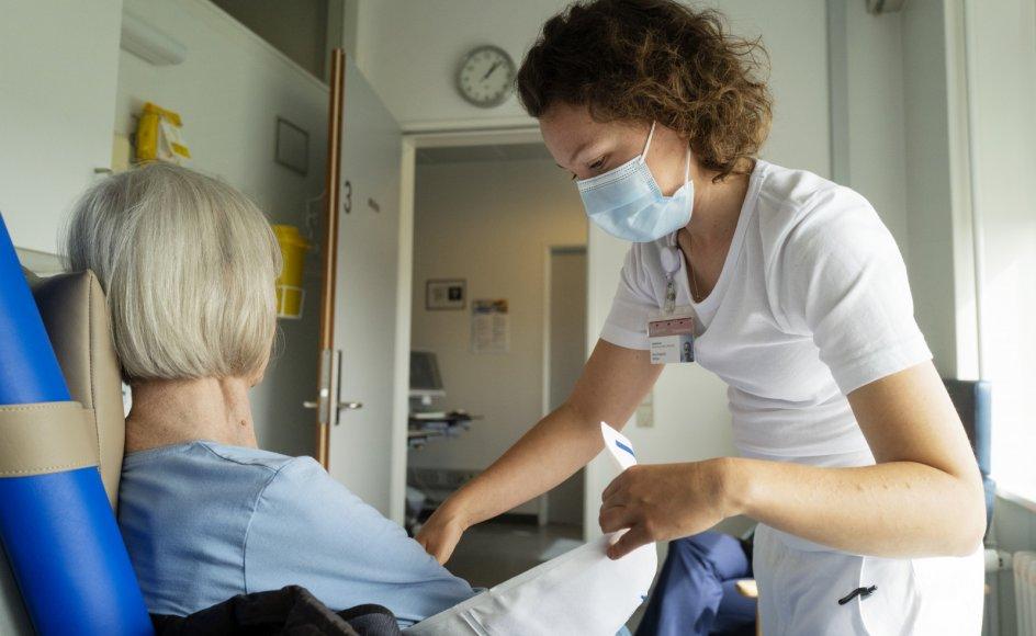 I ældremodtagelsen på Bispebjerg Hospital skal indlæggelsestruede ældre ses af alle relevante speciallæger inden for en arbejdsdag, så de ikke belastes af indlæggelser, der kan undgås. Her er geriatrisk sygeplejerske Ida Mahler med en patient.