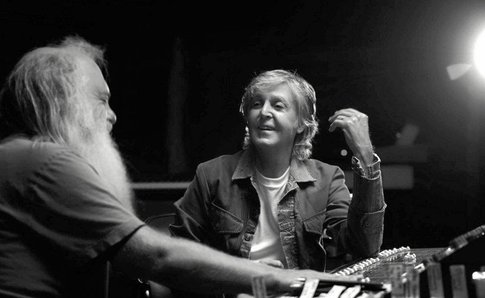 Paul McCartney (th.) sprudler i selskab med super-produceren Rick Rubin, der ved hjælp af gamle masterbånd fra Abbey Road Studios får nye og overraskende sider og fortællinger frem hos den legendariske eksBeatle.