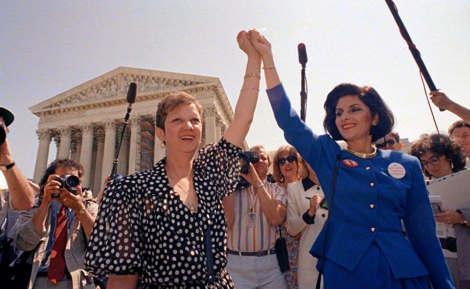 Norma McCorvey alias Jane Roe, der her ses sammen med sin advokat Gloria Allred foran USA's højesteret i 1989, havde forlængst født det barn, som hun havde ønsket at abortere, da højesteret i 1973 traf sin principielle dom i sagen Roe mod Wade. Hendes bor
