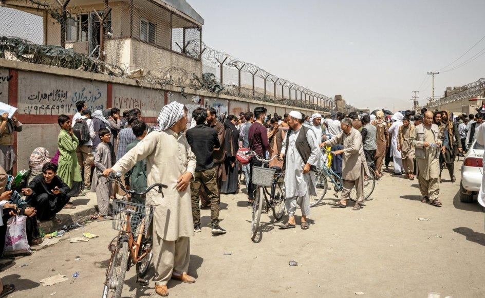 Hvis dansk udenrigspolitik skal være værdibaseret, må indsatsen for at fremme religionsfrihed være en hovedsag, også i lande som Afghanistan, hvor tusinder er flygtet af frygt for forfølgelse, skriver missionschef. Her ses afghanere uden for den internationale lufthavn i hovedstaden, Kabul.