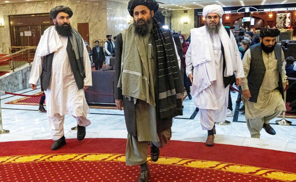 Efter at en strid blussede op i Talibans ledelse forsvandt bevægelsens øverste leder, mullah Abdul Ghani Baradar, (centralt i billedet) fra søgelyset. Det var Baradar, som underskrev den omstridte fredsaftale om USA's tilbagetrækning efter forhandlinger i