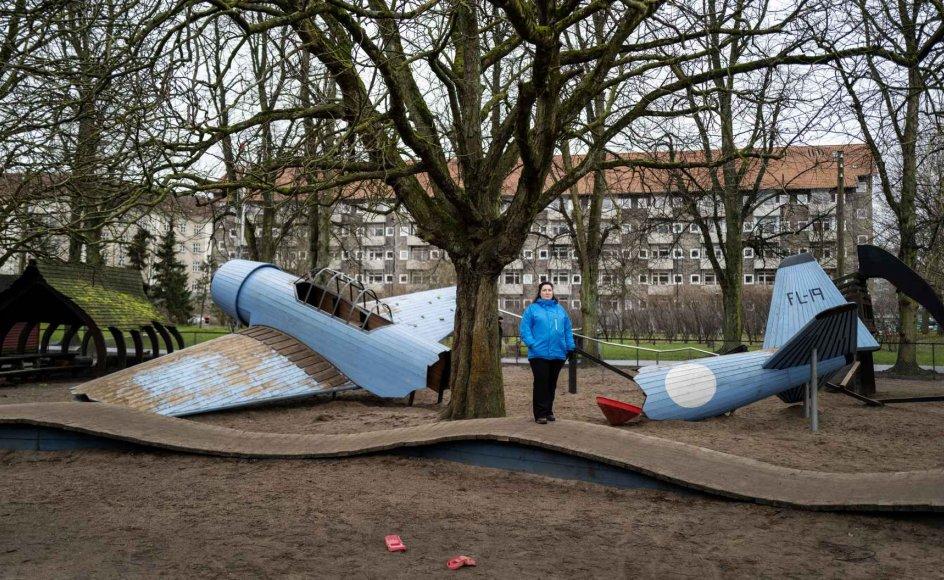 Kristina Kiettelmann Jensen på Nørrebroparkens flyvelegeplads, et af de steder, hvor hun blev videoobserveret af en psykolog med henblik på at vurdere hendes evne til at tage sig af sine to drenge. – Foto: Mikkel Møller Jørgensen.