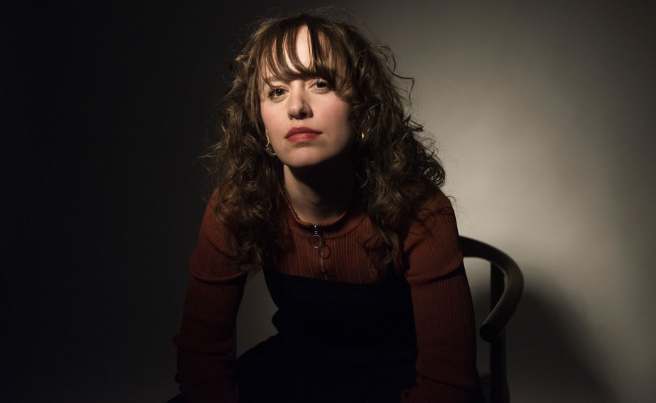 "Forfatter Olga Ravn har sammen med forfatterkollega Johanne Lykke Holm den alternative skrive- og performancegruppe Hekseskolen. ""Som figur er heksen den, der står udenfor gruppen og er lidt farlig,"" har hun sagt i et interview."