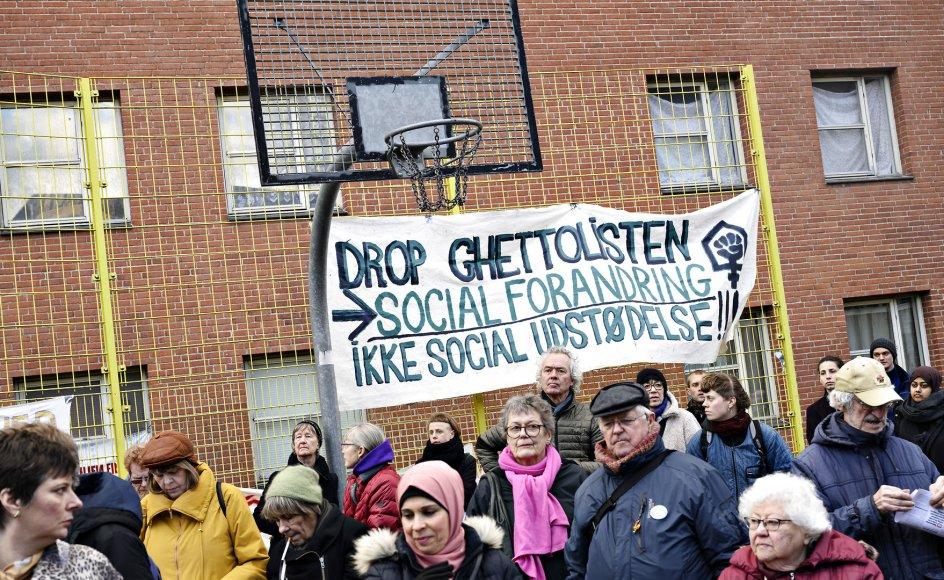 """Gruppen """"Almen modstand"""" og lokale beboere demonstrerer mod det bebuddede salg af bygning 2 og 3 i Mjølnerparken på Nørrebro i København, lørdag den 7. marts 2020. Foto: Philip Davali/Ritzau Scanpix."""