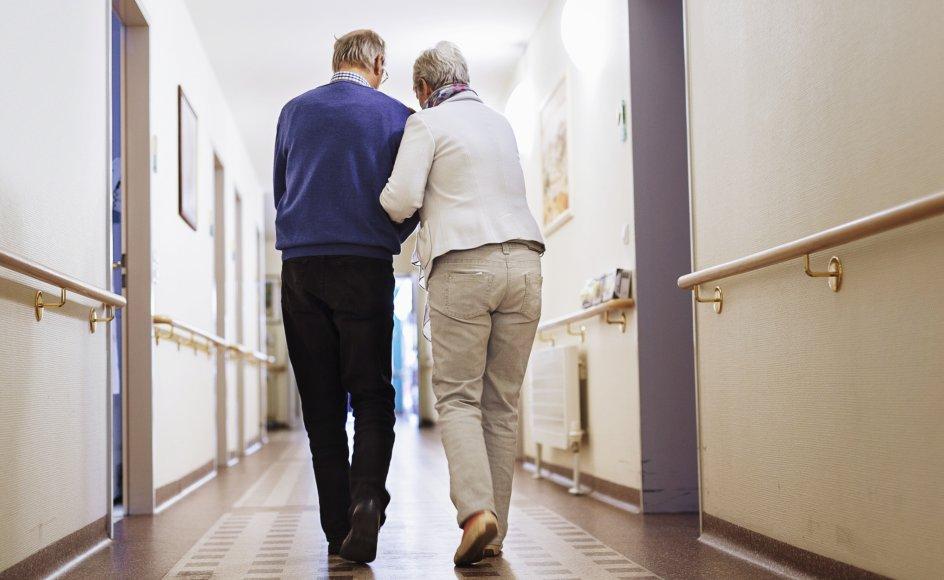 Skribenten ville gerne tættere på en anden kvinde, mens hans hustru var på plejehjem, og han spurgte om lov først.