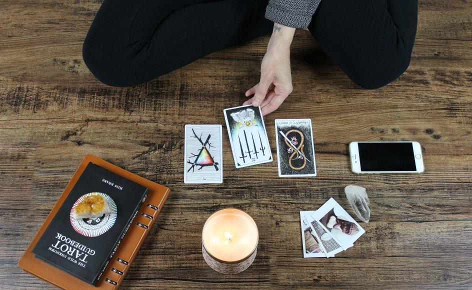 Med amuletter og krystaller, stearinlys, meditation og andre hjælpemidler udfører Mie Jul Rasmussen i dag sine ritualer i naturen. For hende er naturen, hvad kirken er for kristne, forklarer hun. Billedet er et genrebillede.